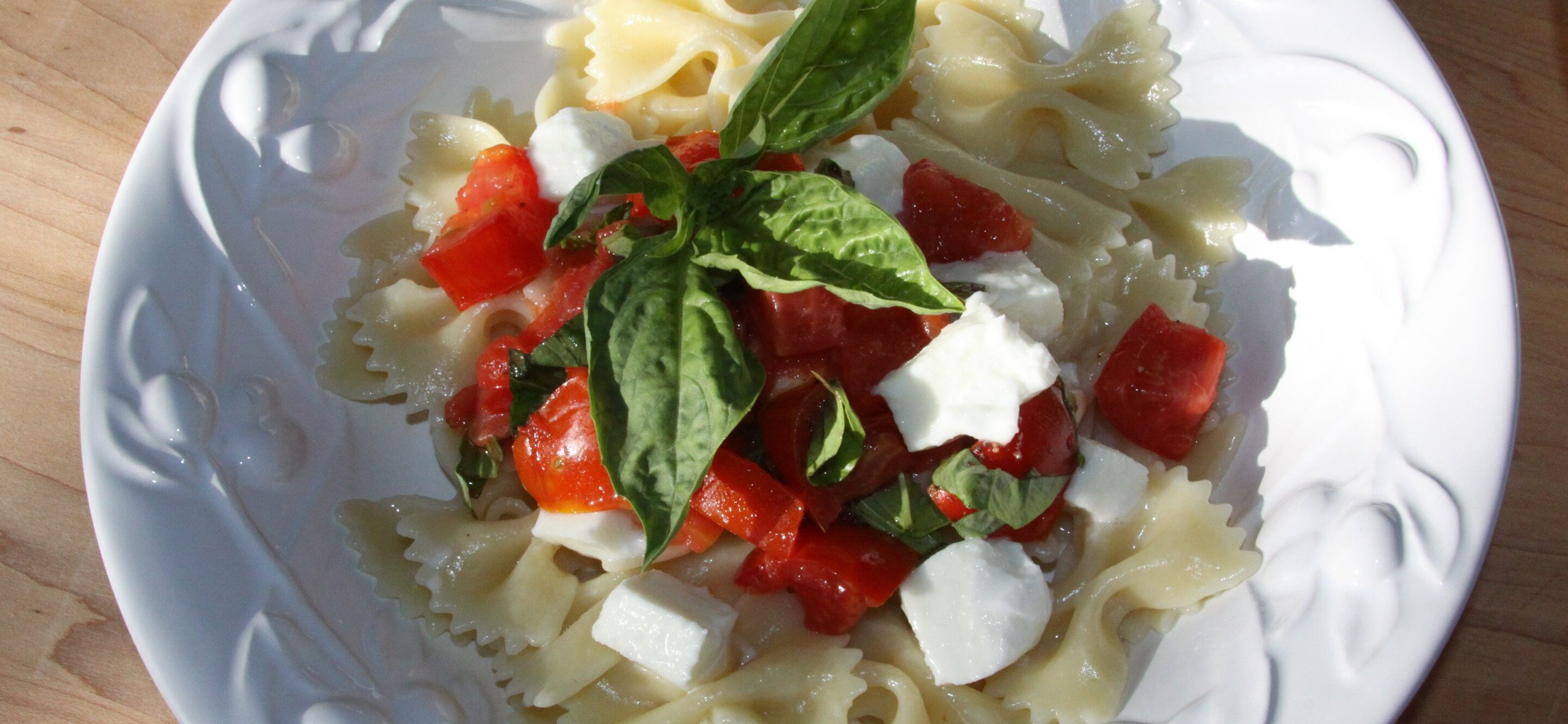 pasta with fresh tomatoes, basil and mozzarella