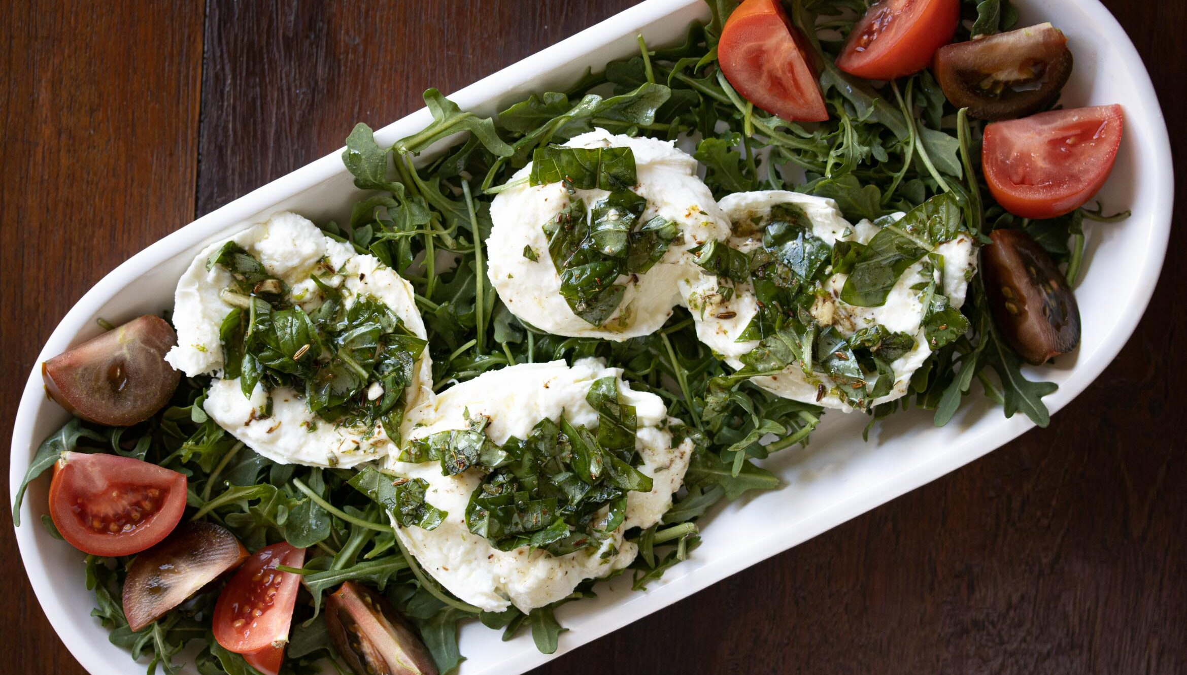 Buffalo mozzarella marinated, with tomatoes and arugula